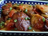 Pieczona karkówka przekładana pomidorami i cebulą