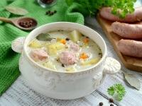 Zupa ogórkowa z białą kiełbasą