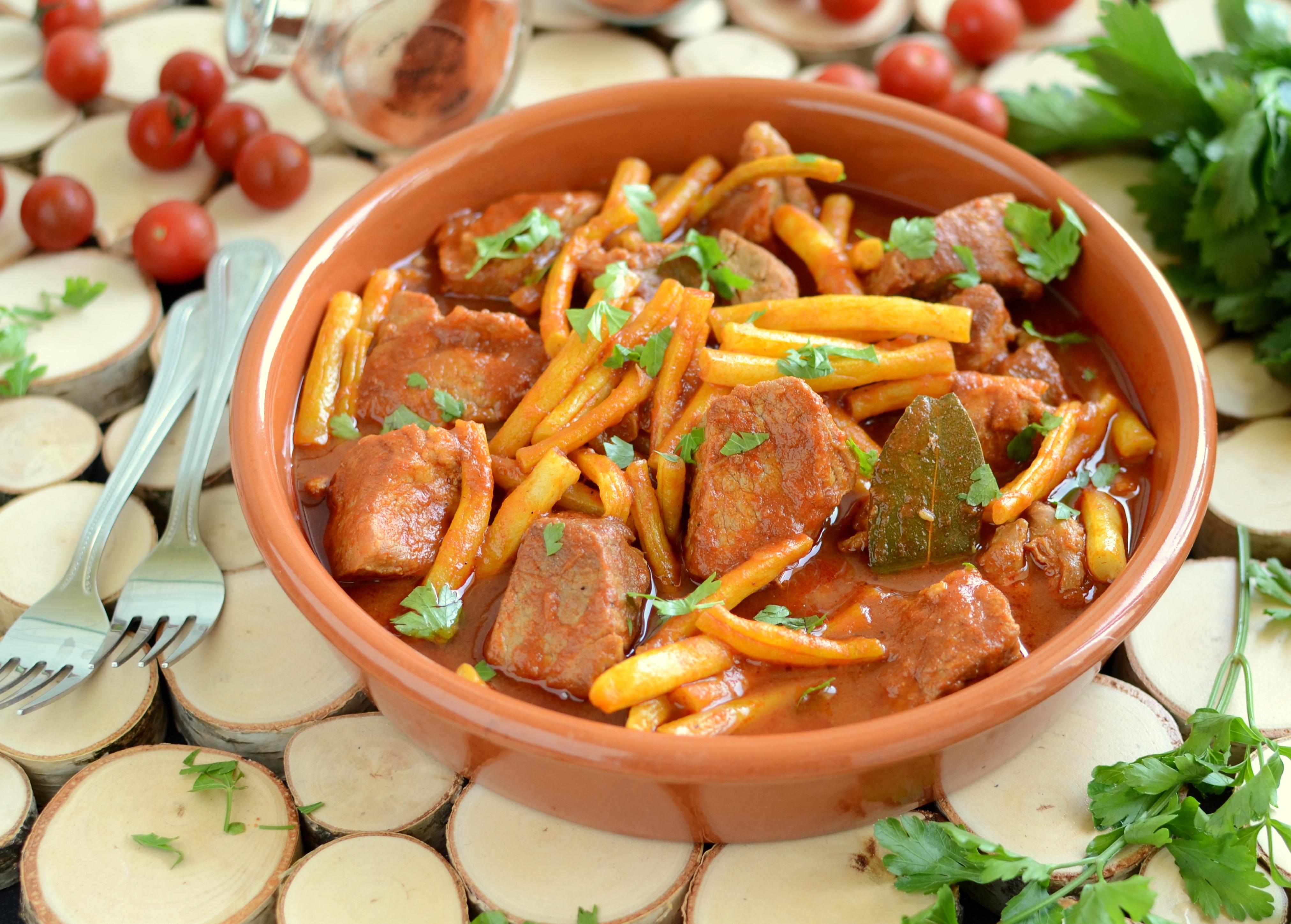 Fasolka szparagowa z mięsem gulaszowym po węgiersku