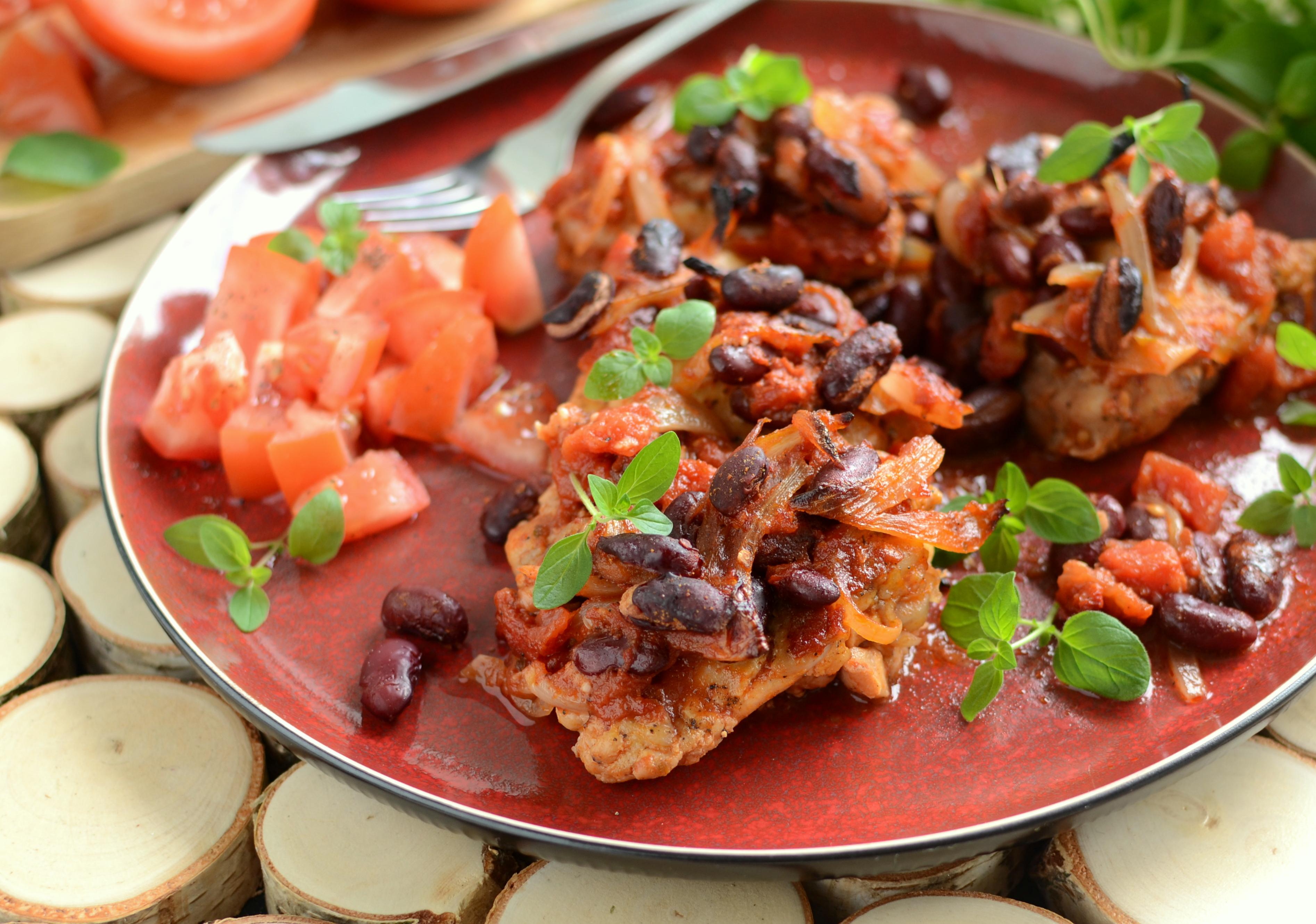 Podudzia z kurczaka pieczone z fasolą i pomidorami