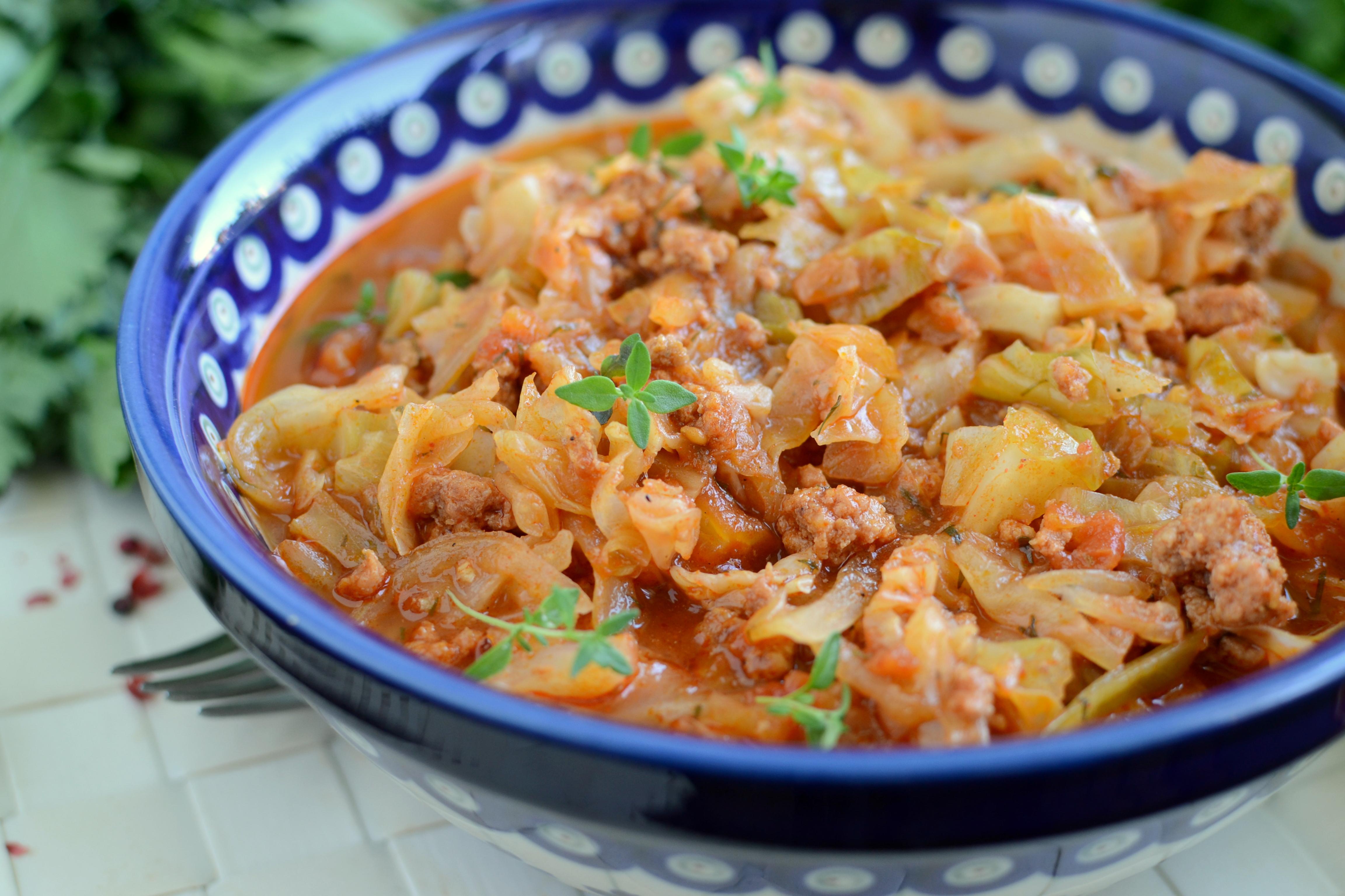 Pomidorowa potrawka z kapusty i mięsa mielonego