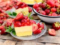 Ciasto z kremem budyniowym, truskawkami i galaretką