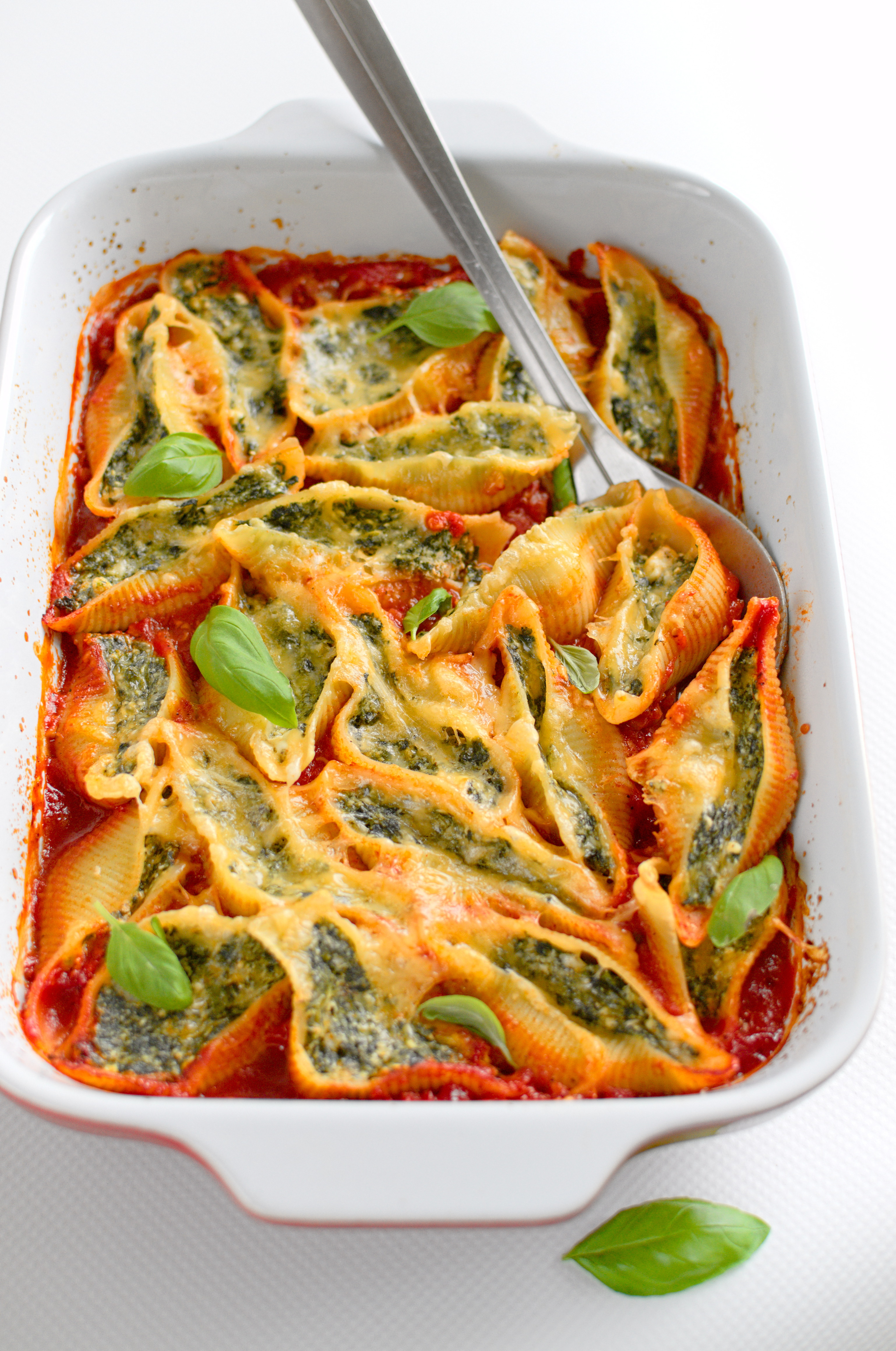 Muszle makaronowe faszerowane szpinakiem i serem zapieczone w sosie pomidorowym