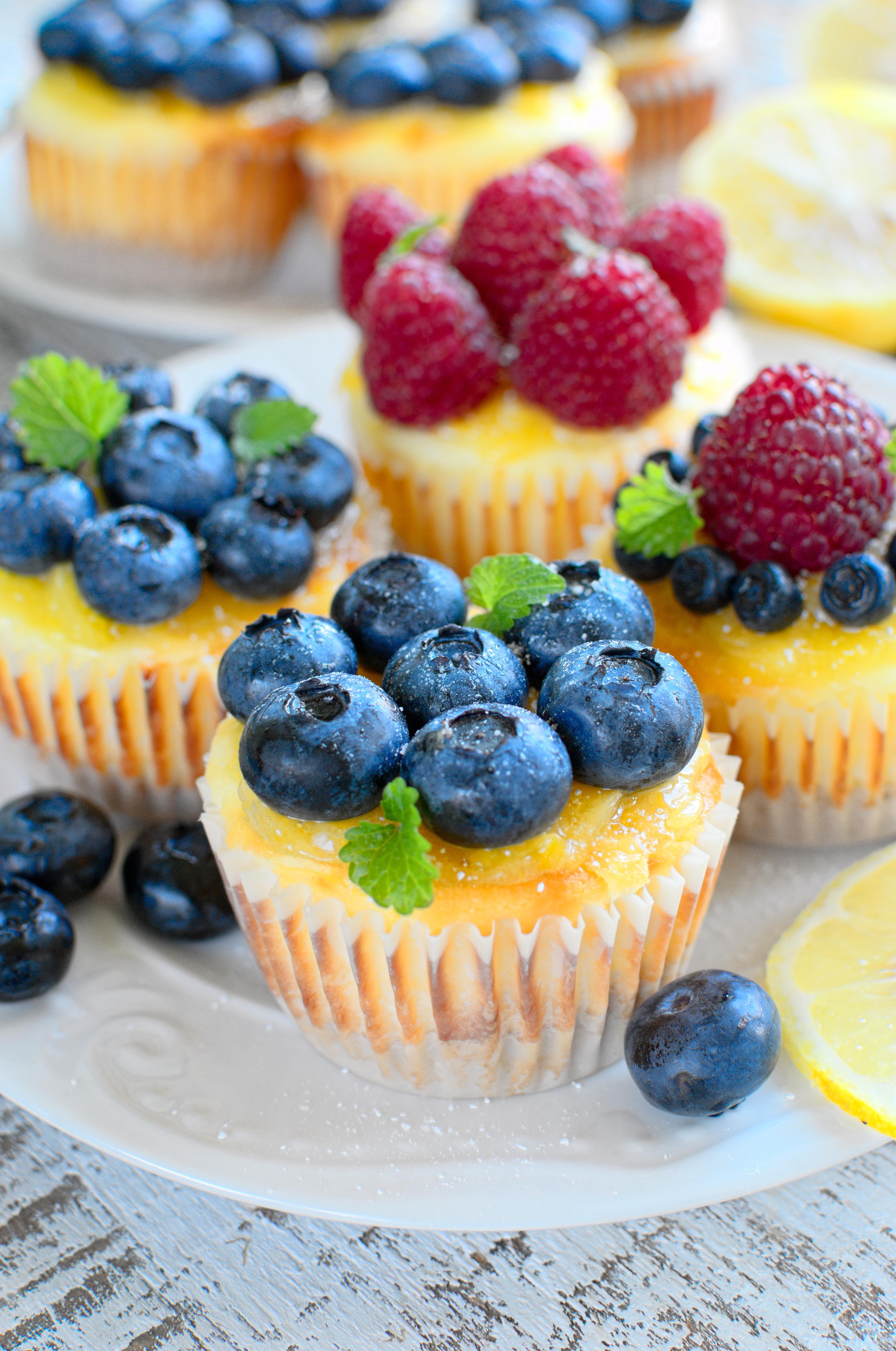 Serniczki z kremem cytrynowym i owocami jagodowymi