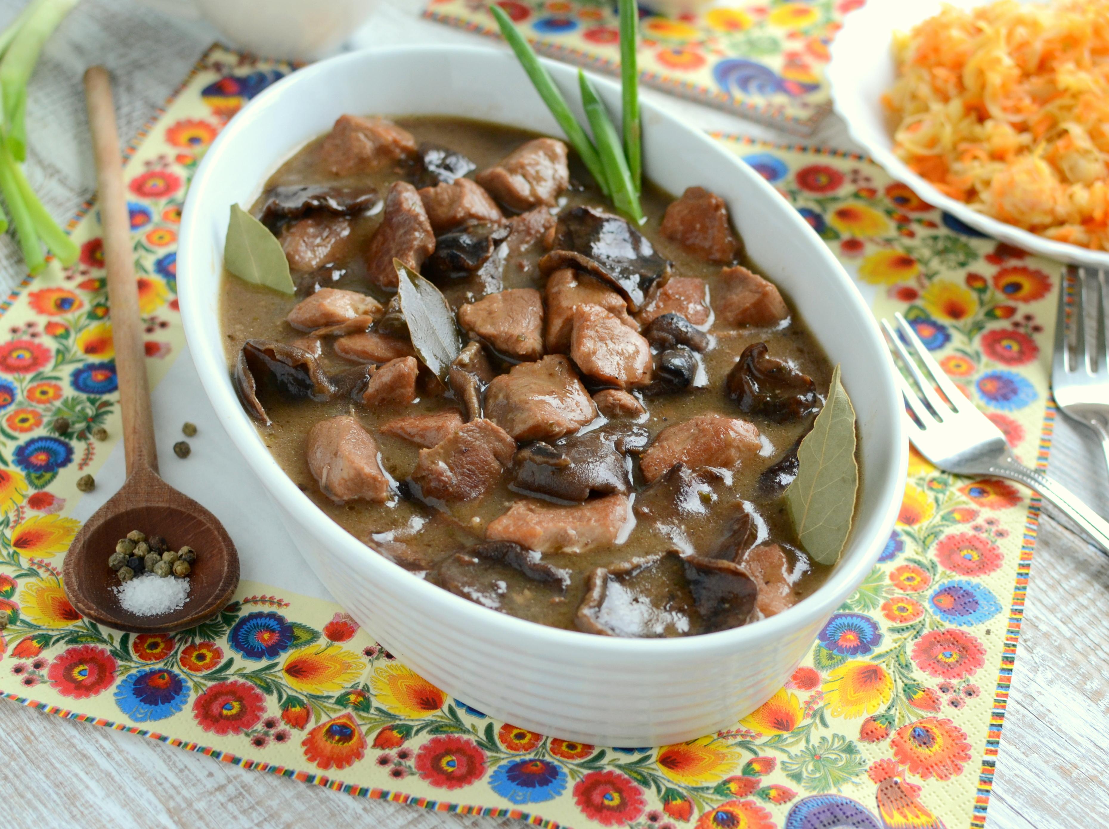 Gulasz wieprzowy z suszonymi grzybami
