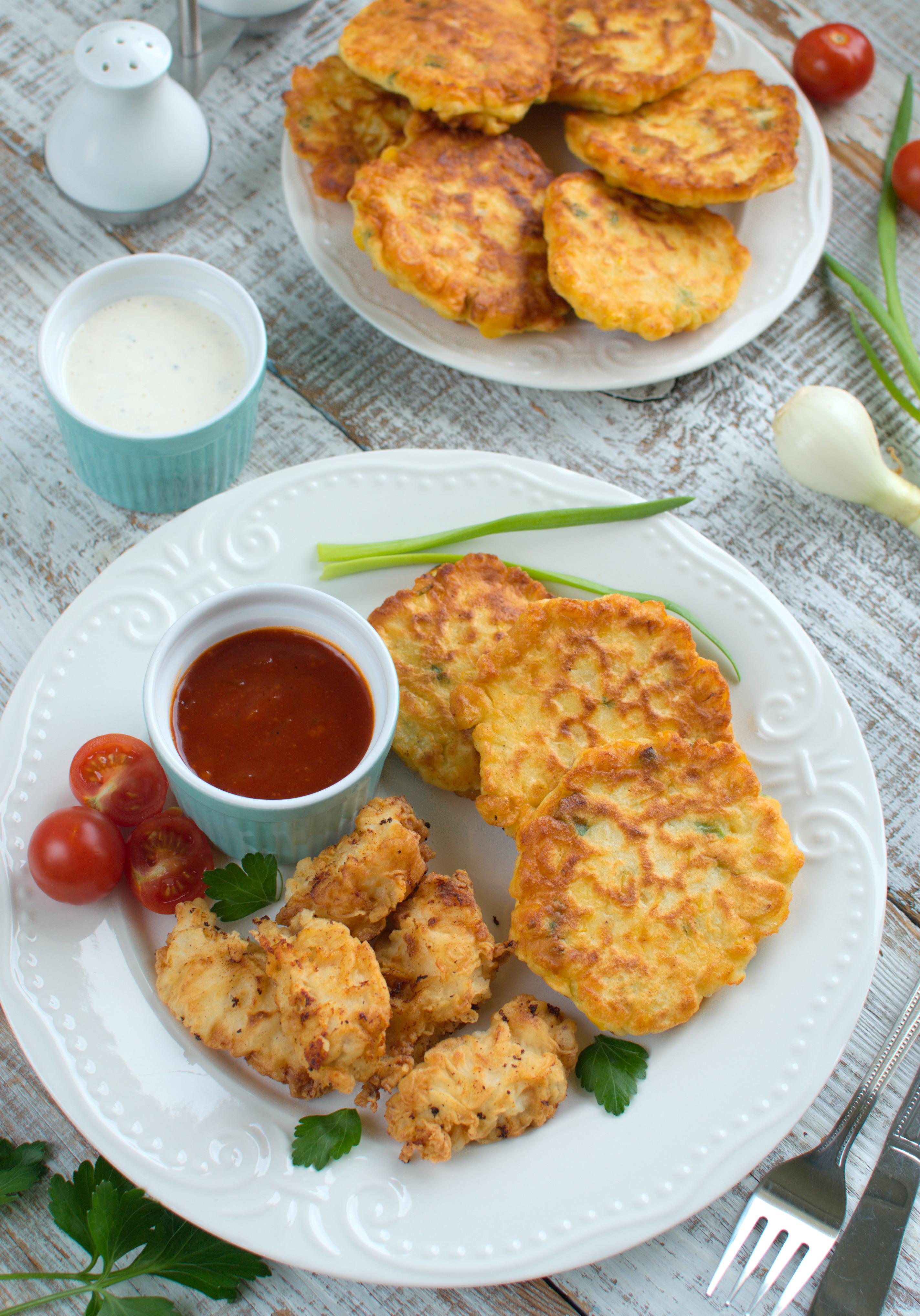 Smażony kurczak z placuszkami z kukurydzy i sosem barbecue