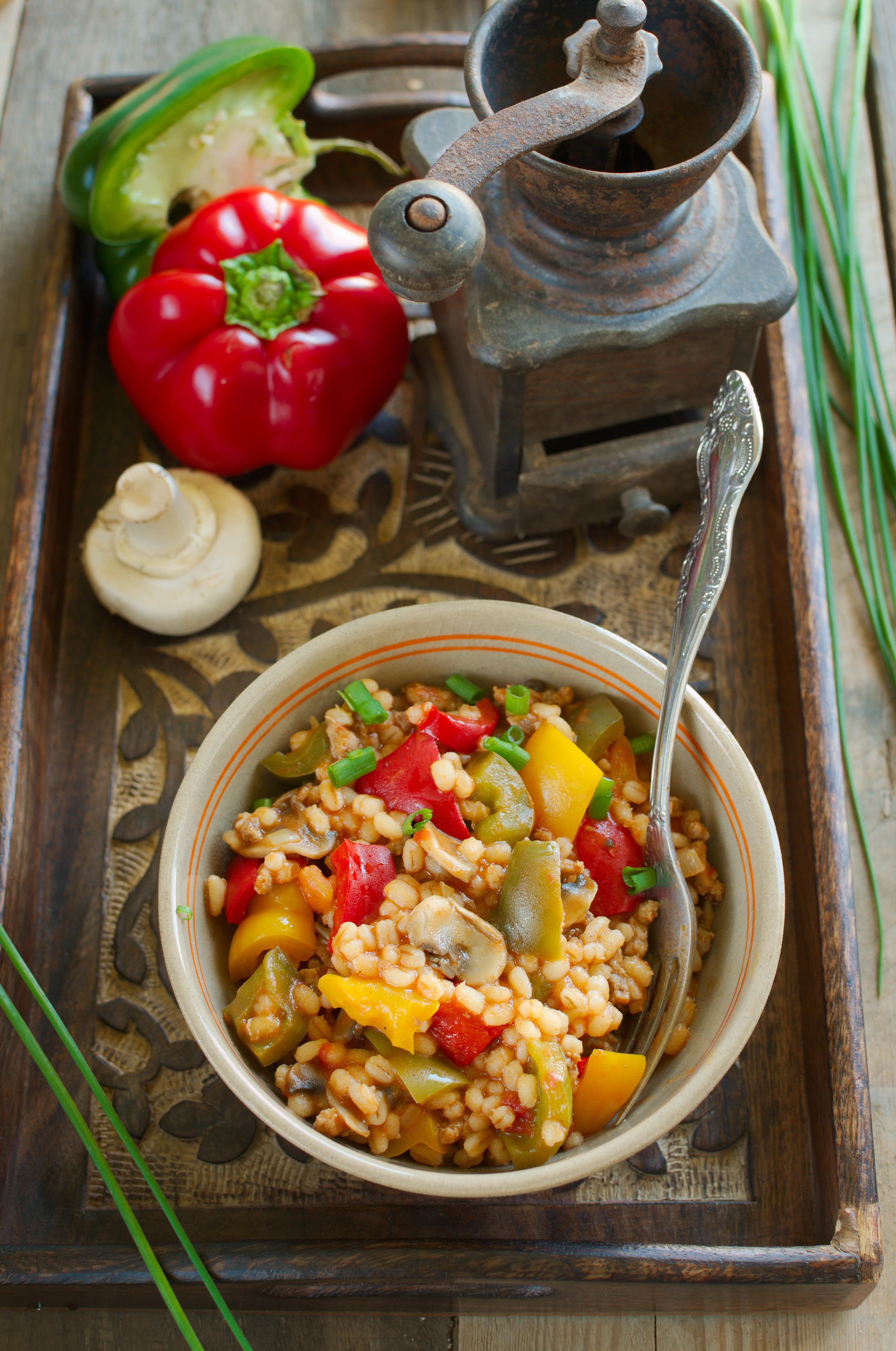 Kaszotto z trójkolorową papryką, pieczarkami i mięsem mielonym