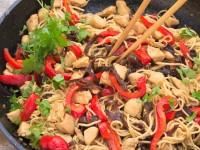 Chow mein z kurczakiem, papryką i grzybami mun