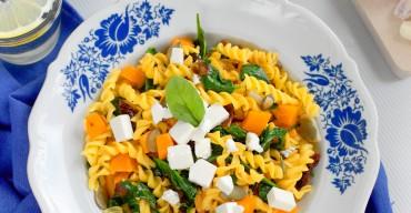 Makaron kukurydziany ze szpinakiem, suszonymi pomidorami, fetą, dynią i pestkami dyni