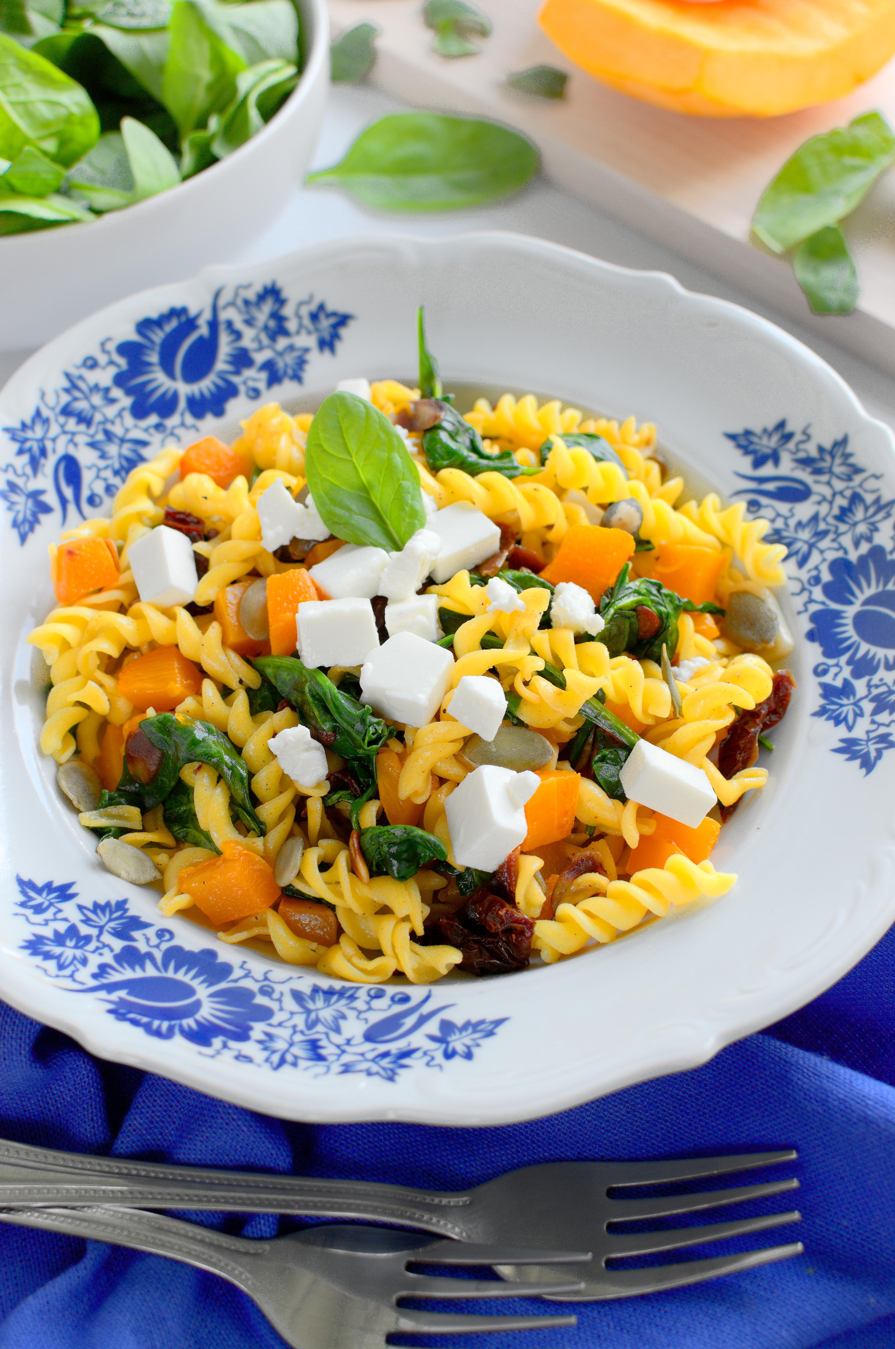 Makaron kukurydziany ze szpinakiem, suszonymi pomidorami, fetą, dynią