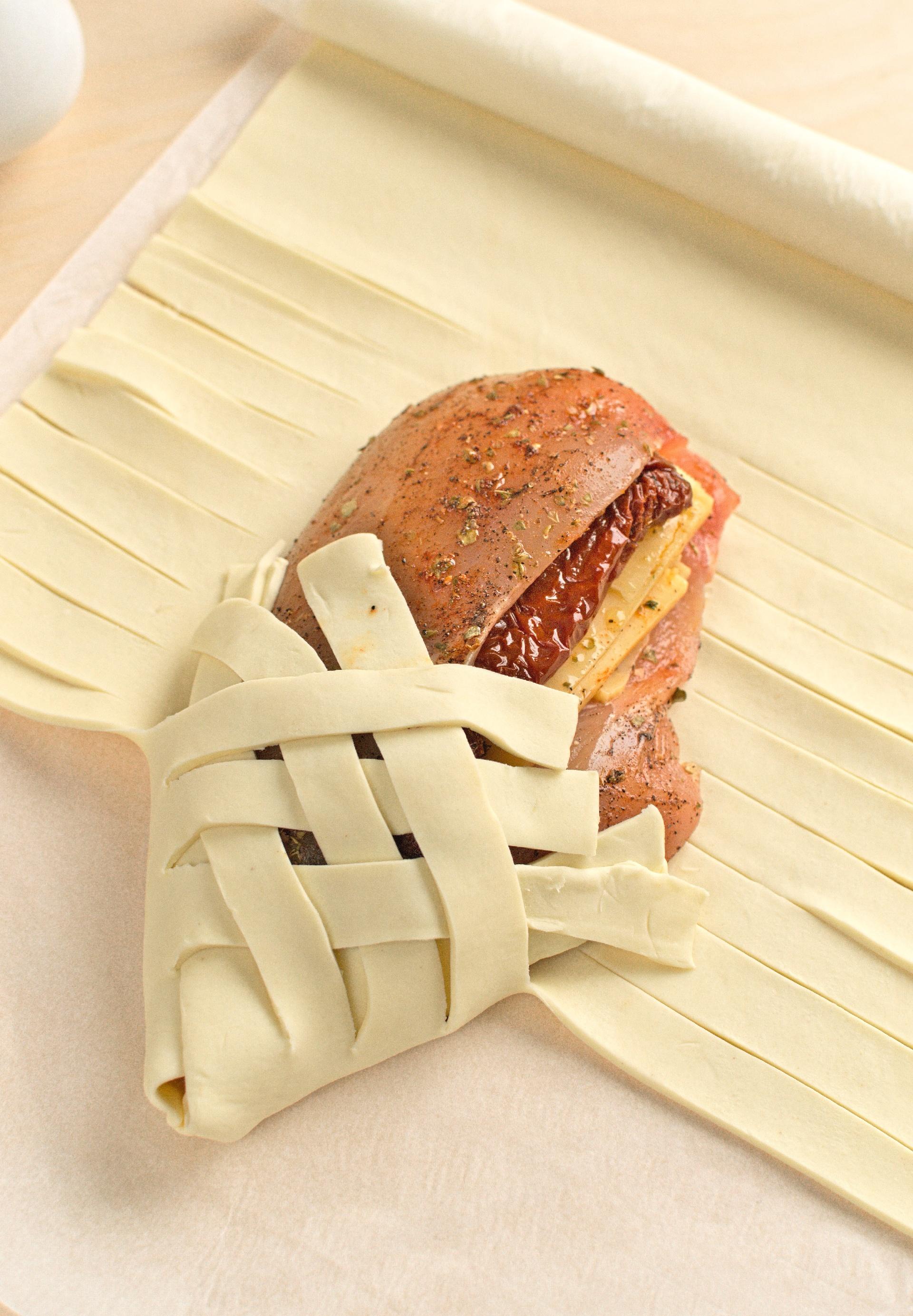 Ciasto francuskie nacinamy i zaplatamy na mięsie.
