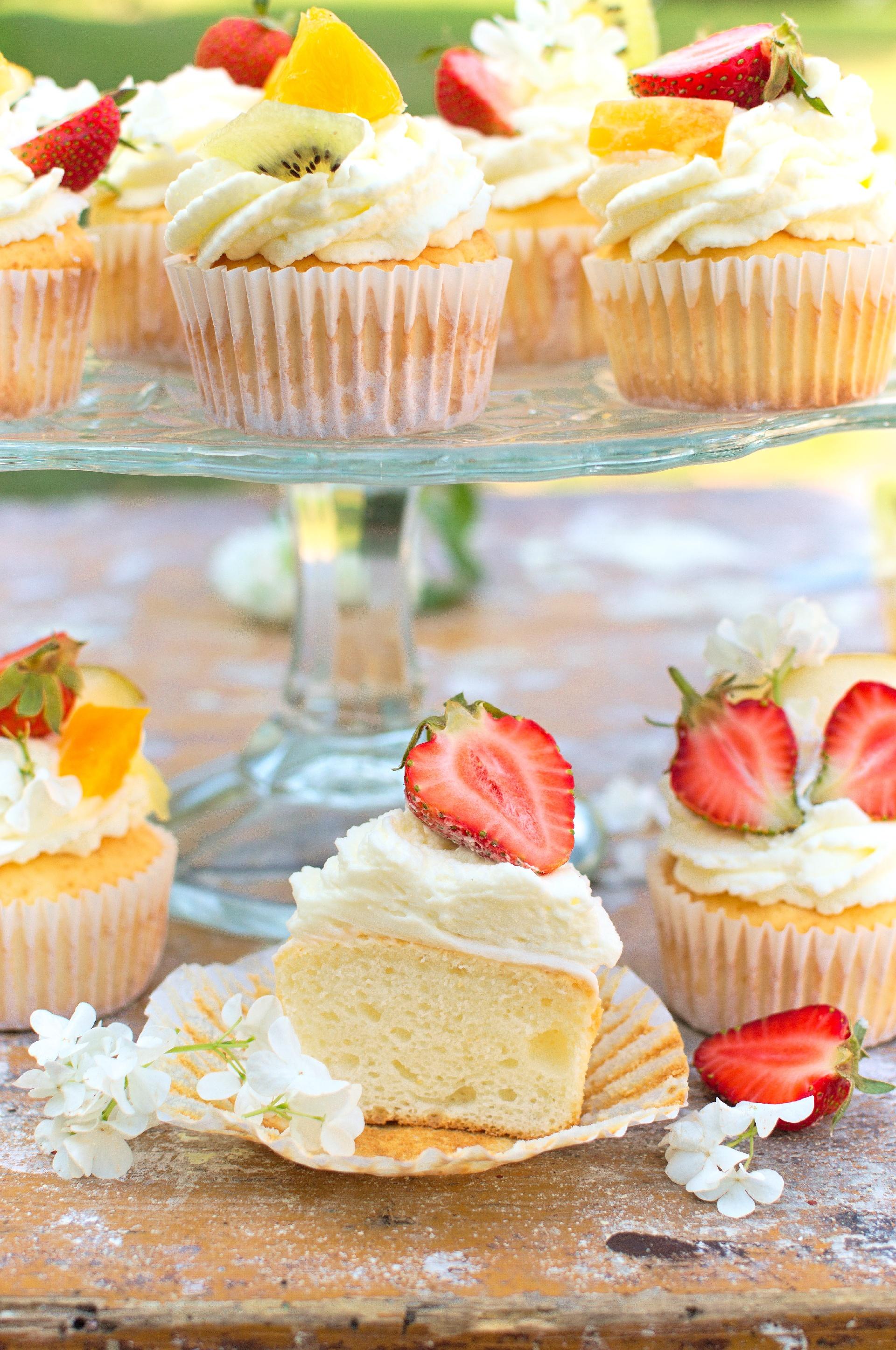 Muffinki na białkach z bitą śmietaną i owocami