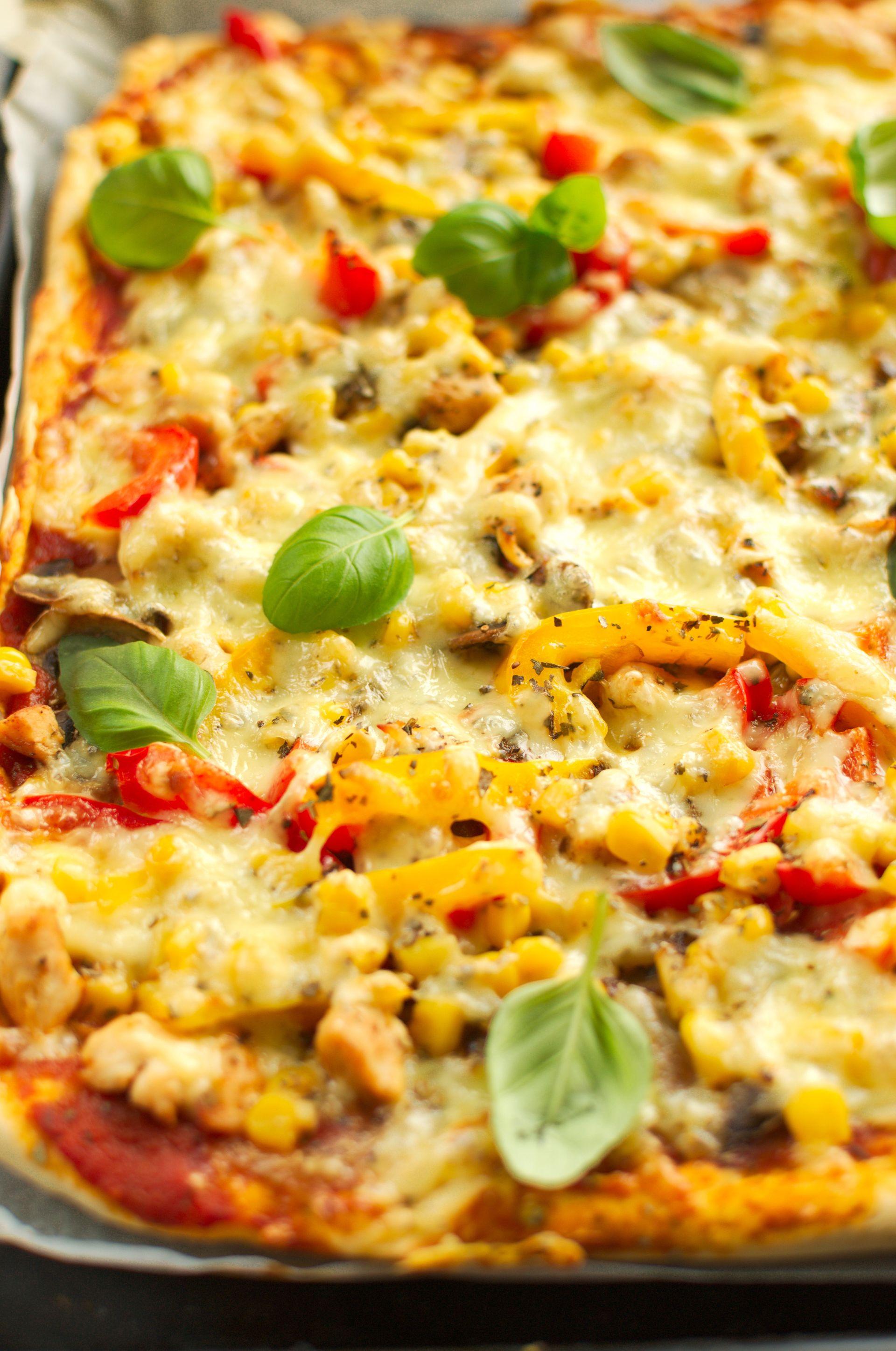 Pizza z kurczakiem, papryką, pieczarkami i kukurydzą