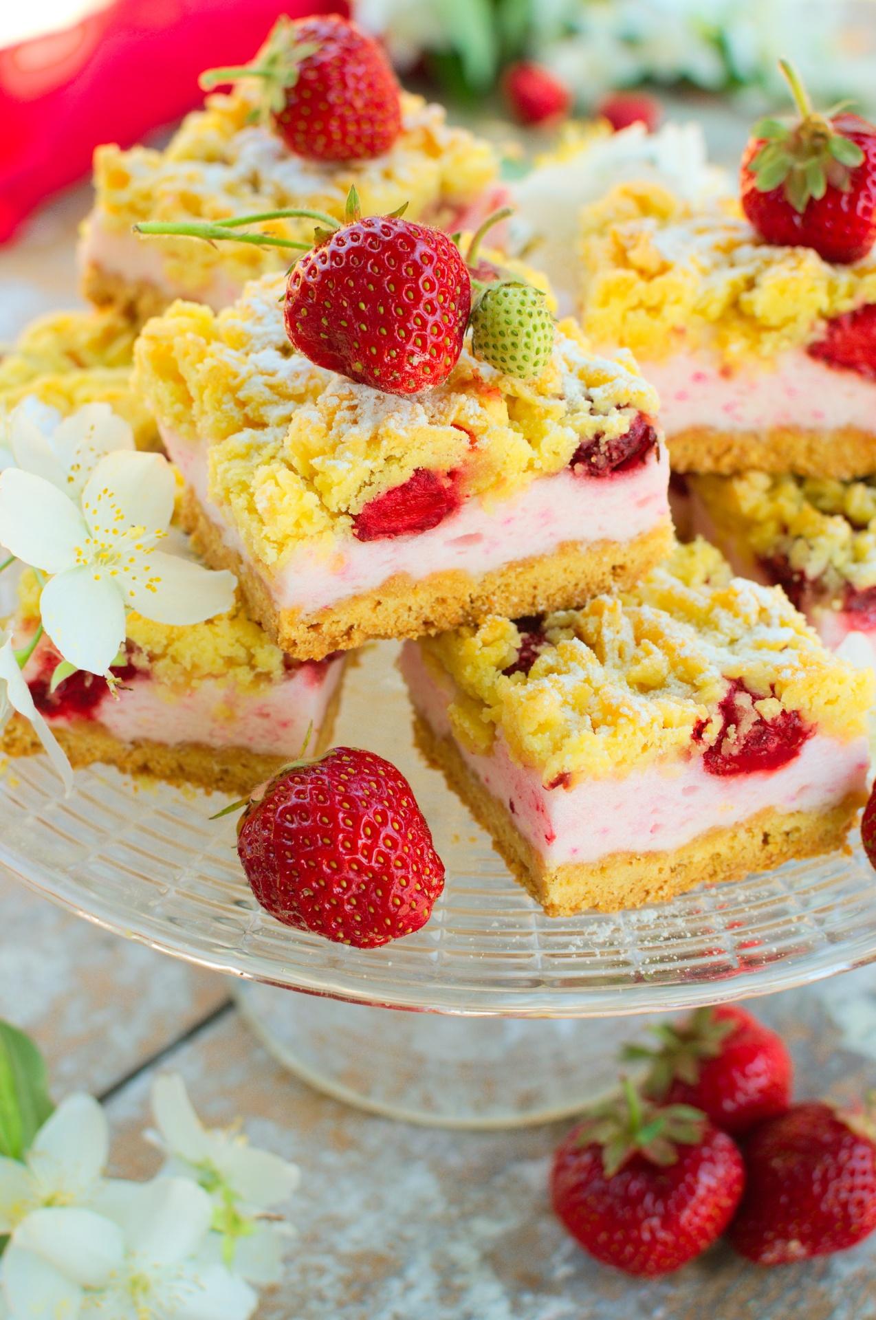 Kruche ciasto z truskawkami i różową budyniową pianką
