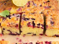 Limonkowe ciasto ucierane z jagodami i malinami