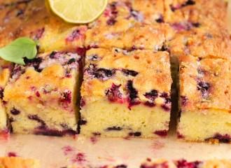 Limonkowe ciasto z jagodami i malinami