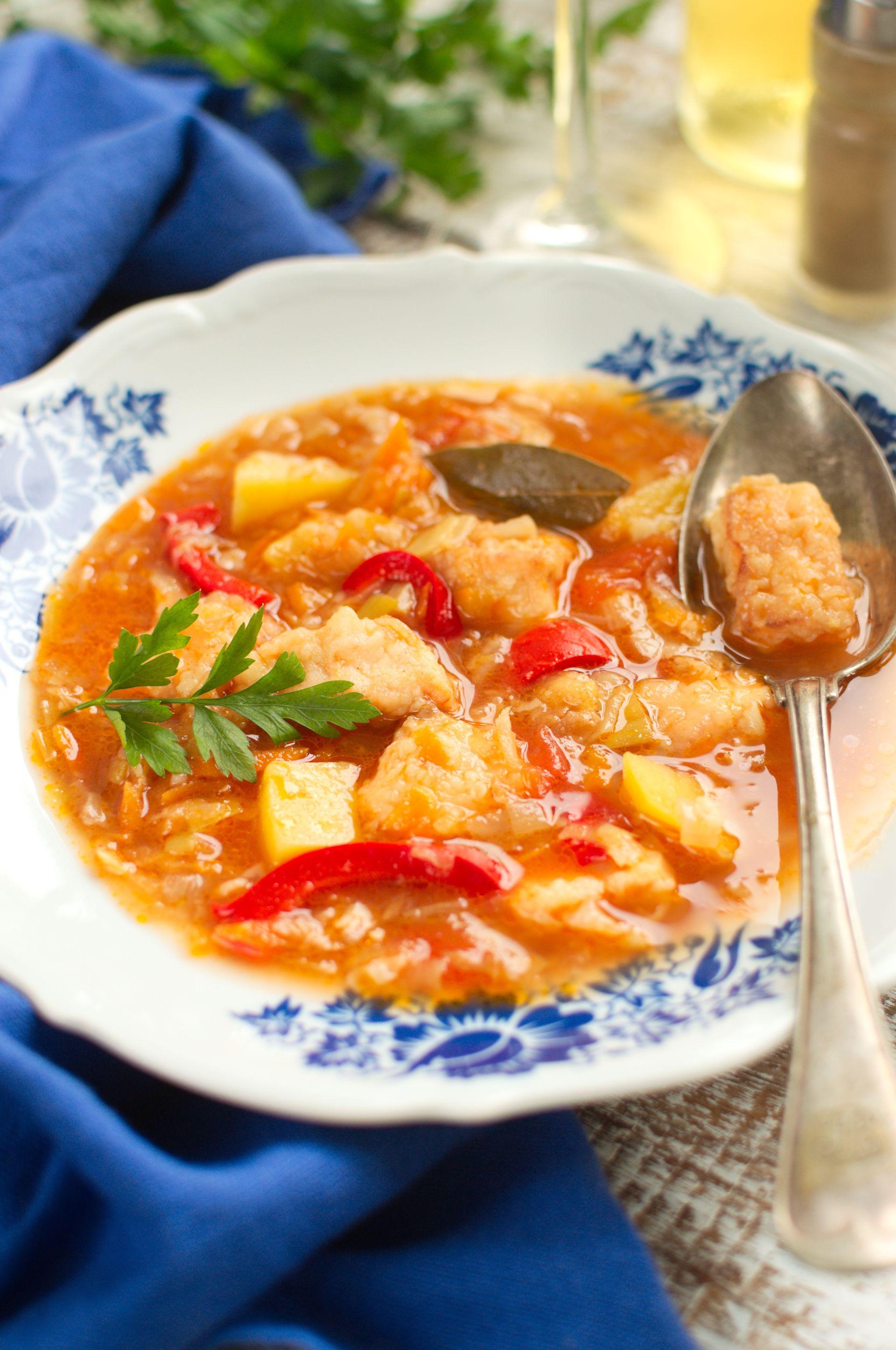 Zupa jarzynowa z kawałkami panierowanego łososia