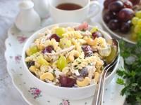 Sałatka makaronowa z kurczakiem, winogronem, orzechami nerkowca i sosem ranczerskim