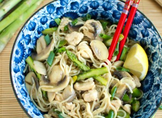 Chow mein z kurczakiem, szparagami i pieczarkami