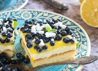 Kruche maślane ciasto z kremem cytrynowym i jagodami