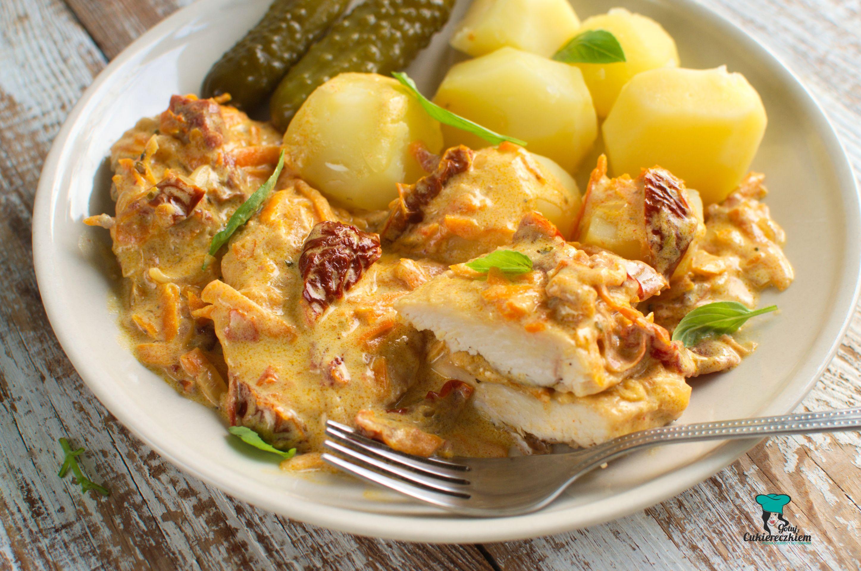 Fileciki z kurczaka w kremowym sosie z marchewką i suszonymi pomidorami