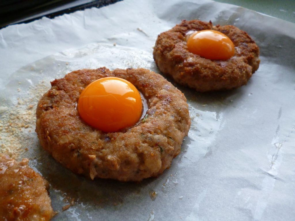 Mięsne gniazdka z jajkiem