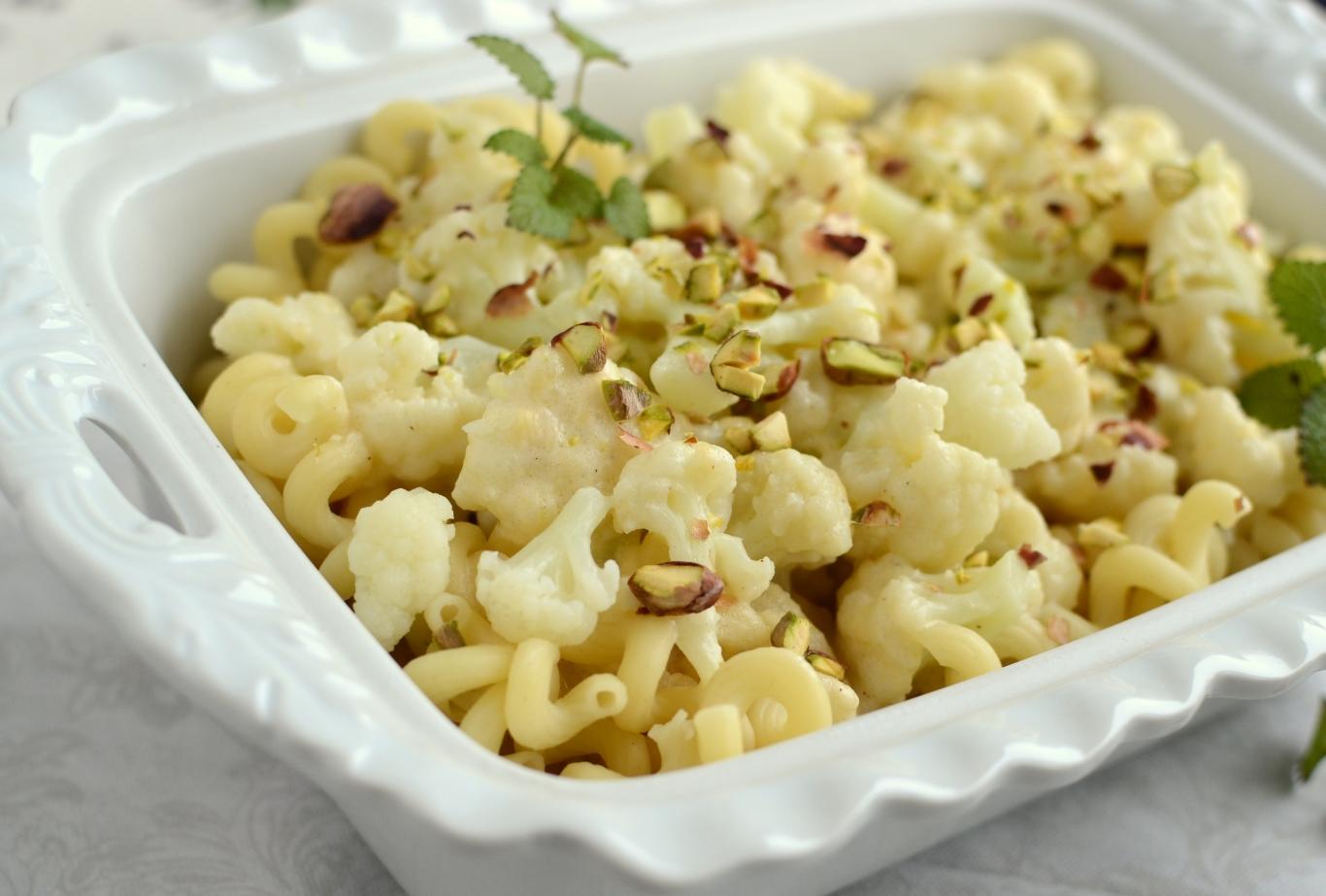 Makaron z kalafiorem w sosie serowym z pistacjami