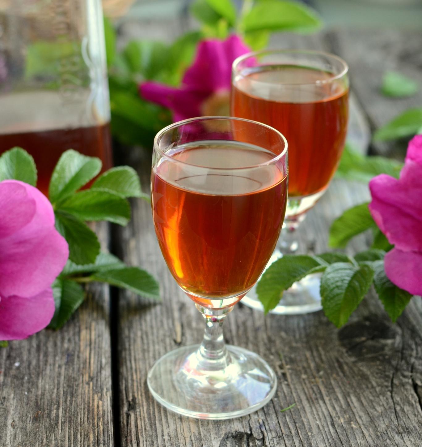 Nalewka z owoców dzikiej róży