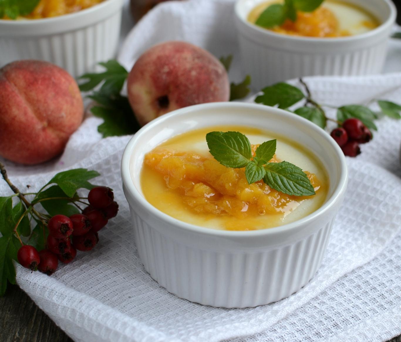 Waniliowa manna z sosem brzoskwiniowym
