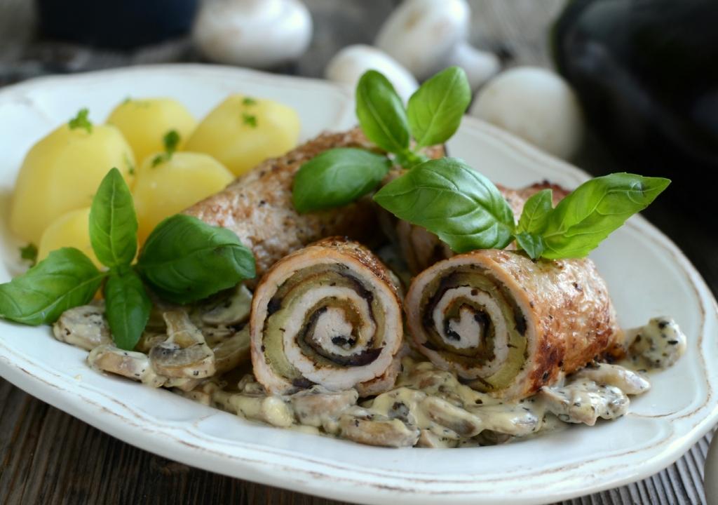 Roladki z grillowanym bakłażanem z sosem pieczarkowym