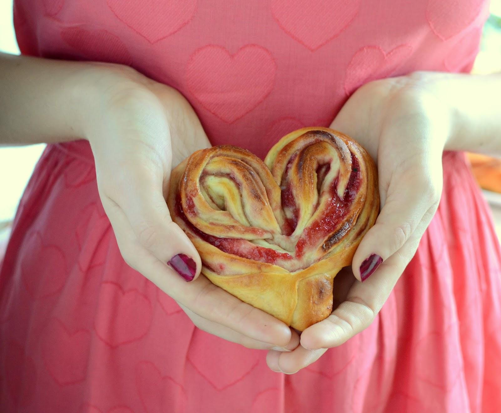 Drożdżowe serca z konfiturą malinową