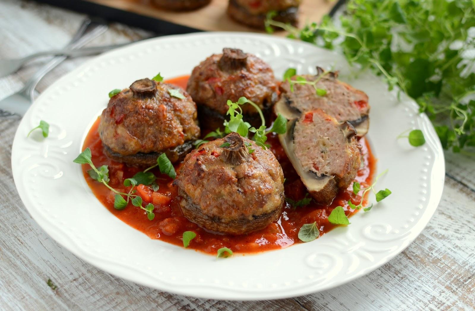 pieczarki faszerowane mięsem mielonym z sosem pomidorowym
