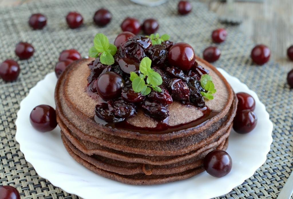 Czekoladowe pancakes z wiśniami