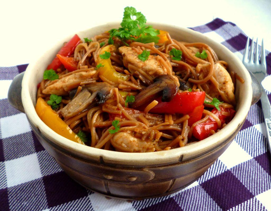 Makaron smażony z kurczakiem, papryką i pieczarkami