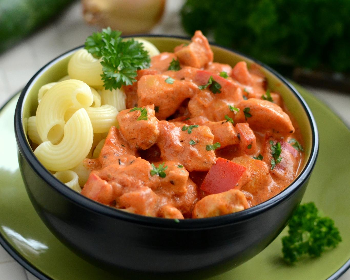 Kurczak w kremowym sosie pomidorowym z papryką