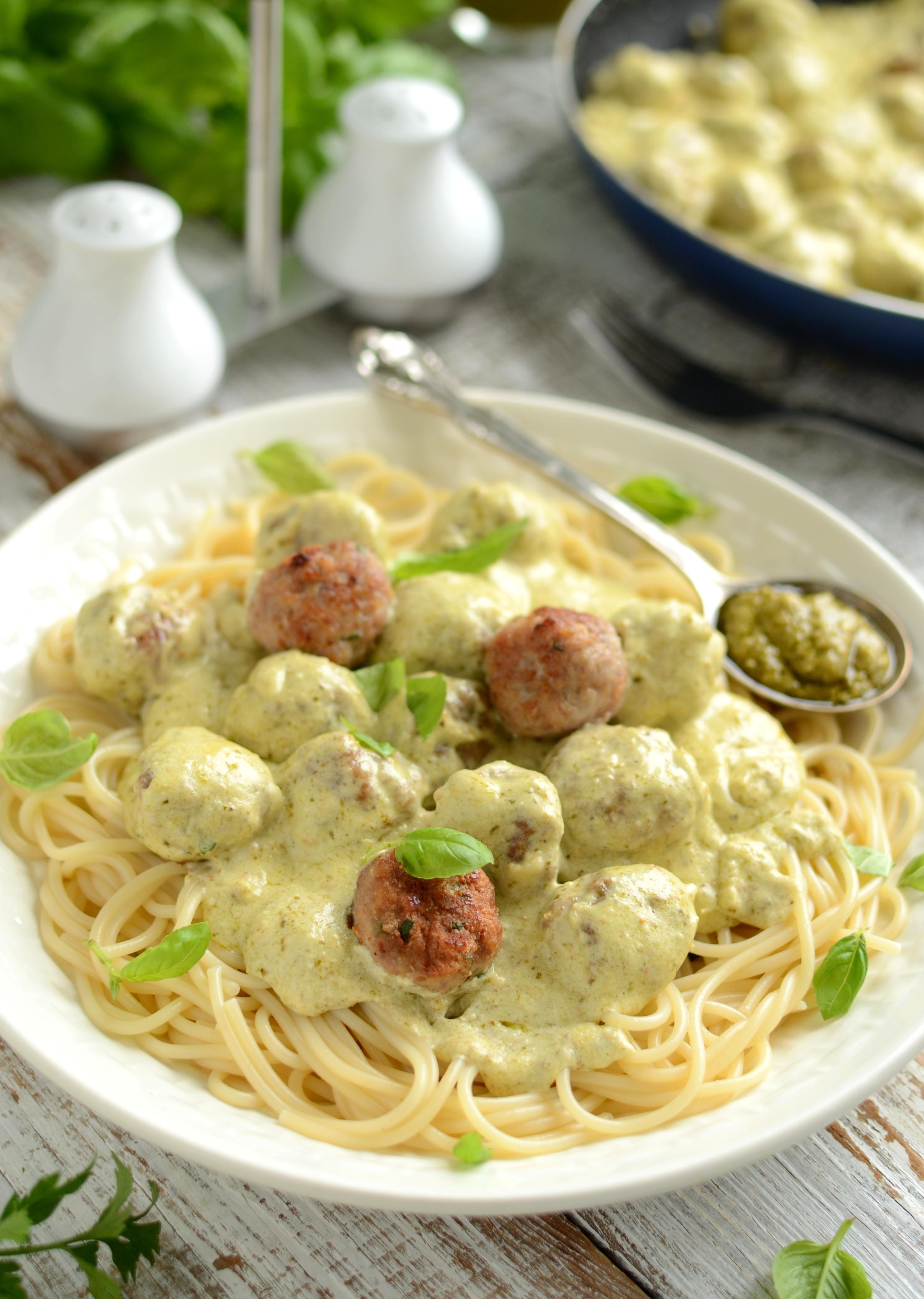 Spaghetti z pulpecikami drobiowymi w sosie z pesto