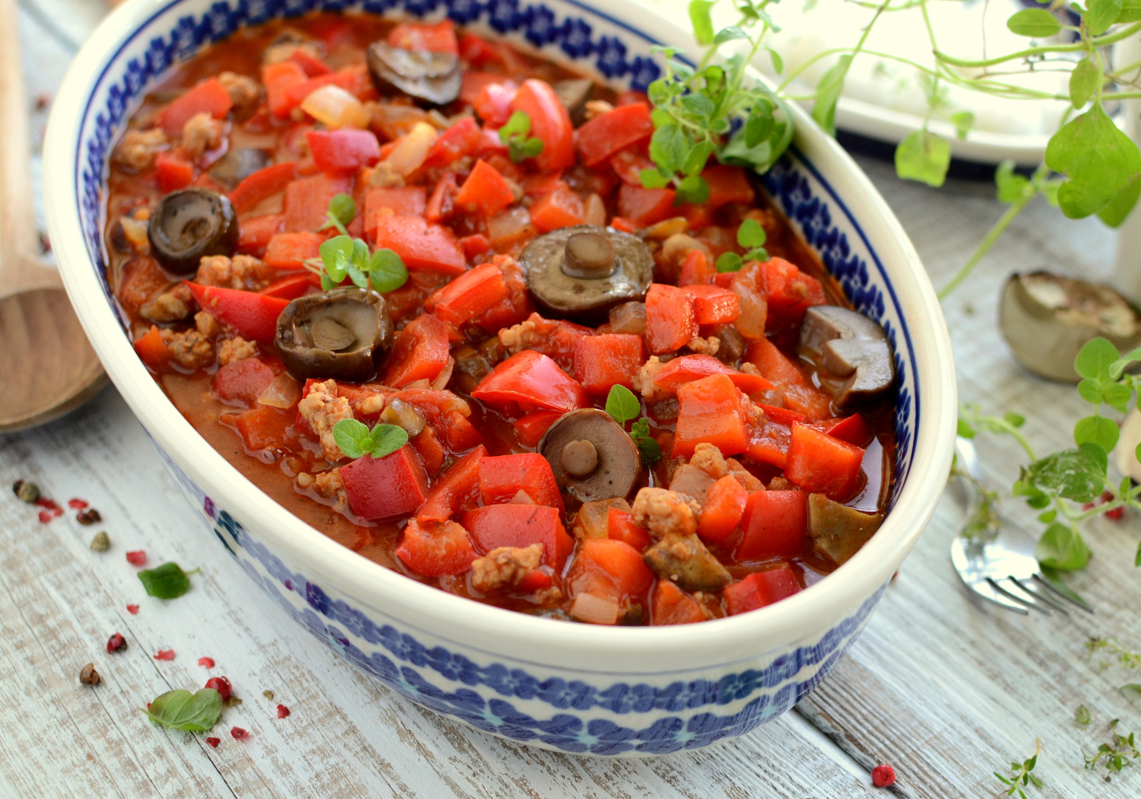 Paprykowa potrawka z grzybami leśnymi i mięsem