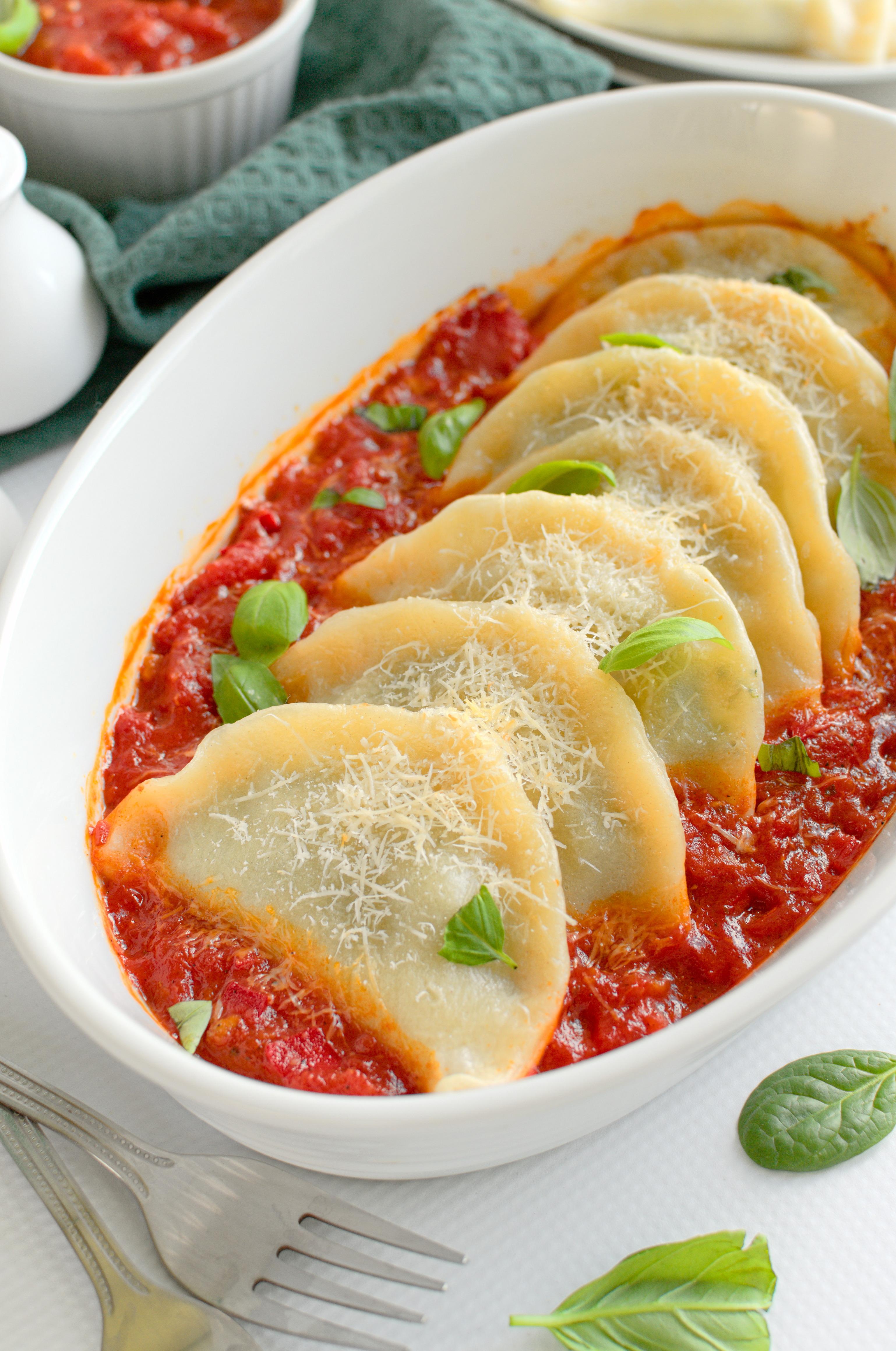 Pierogi ze szpinakiem i trzema serami zapieczone w sosie pomidorowym