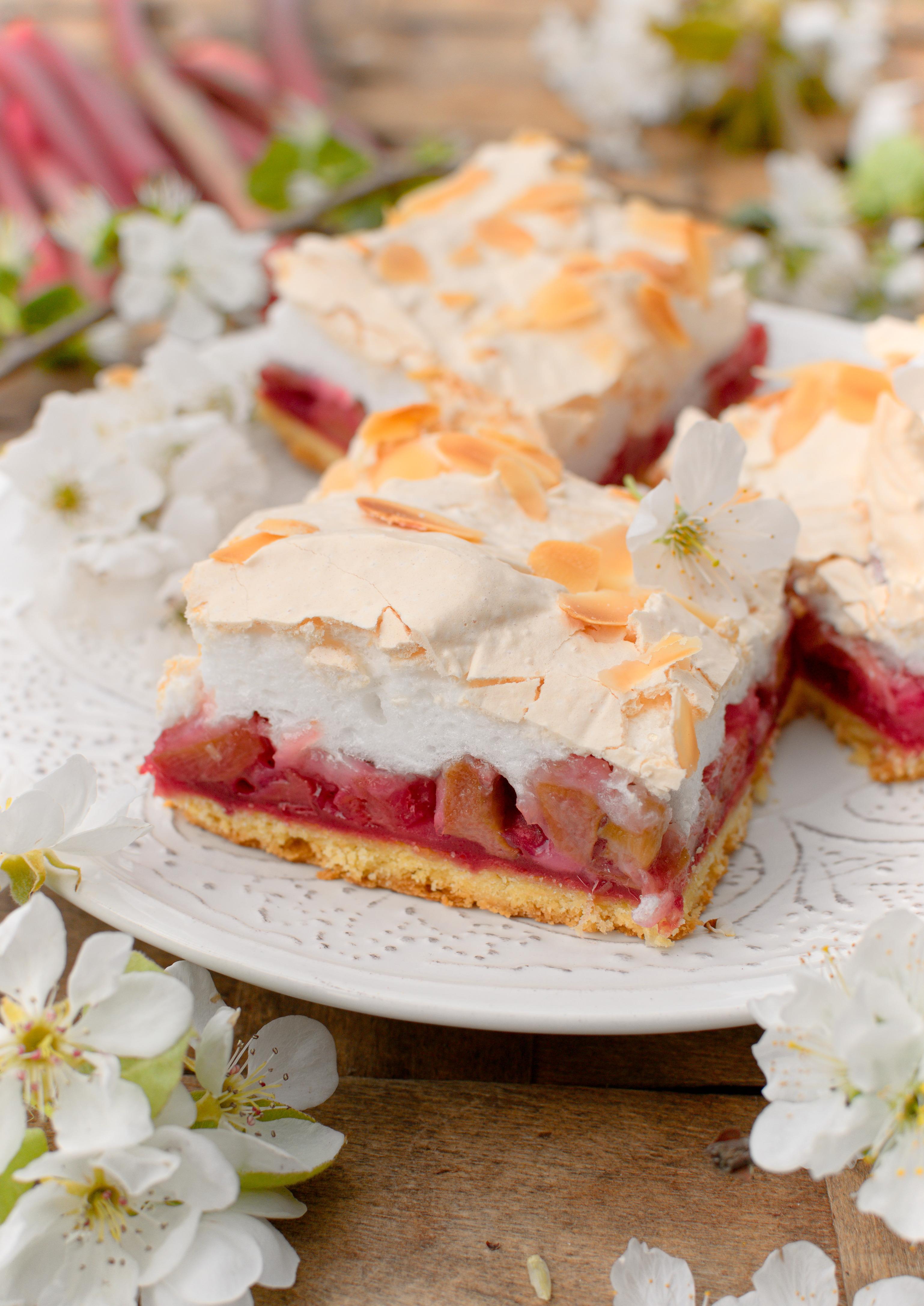 Kruche ciasto z rabarbarem, malinami i bezą