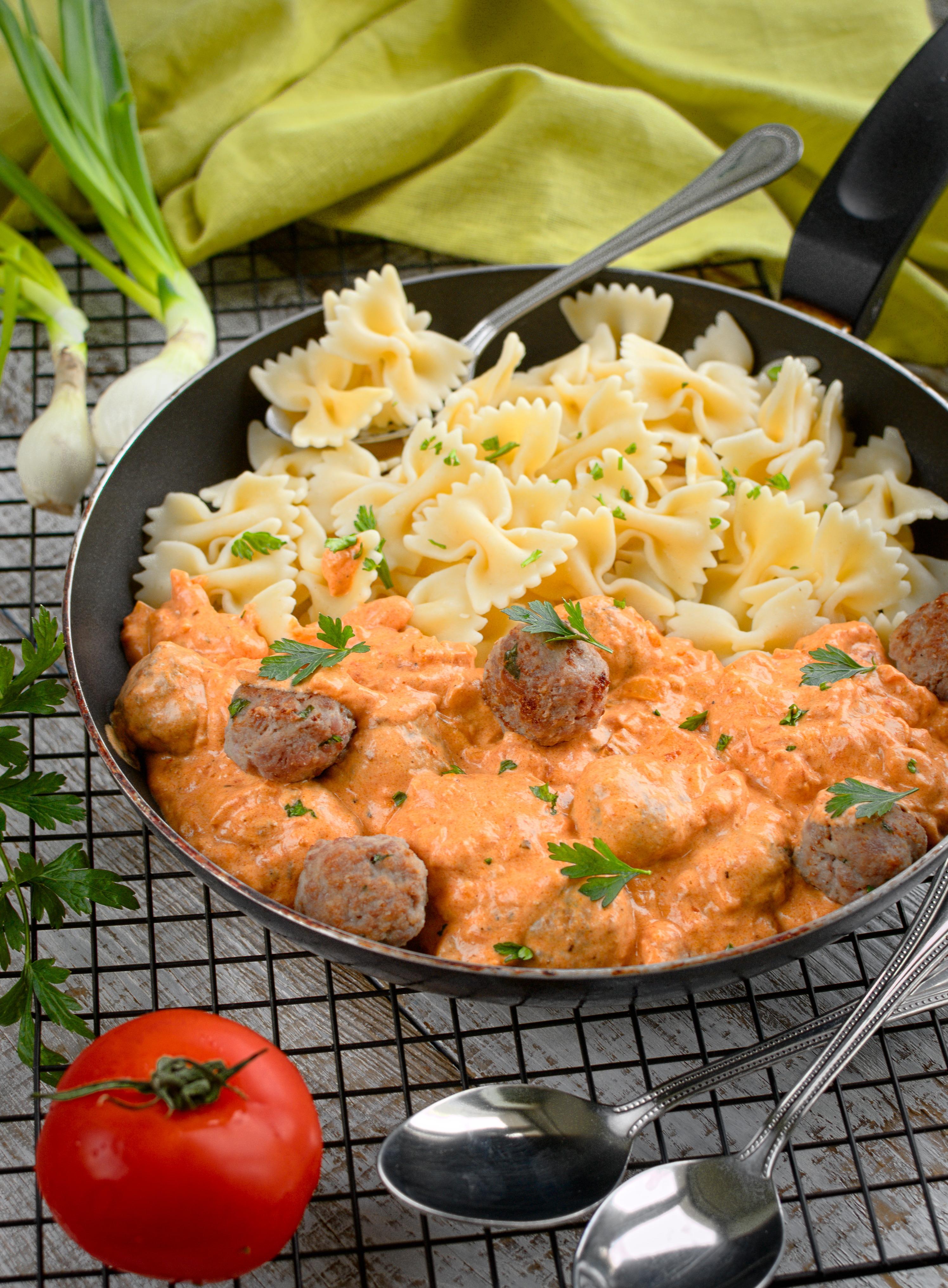Kokardki z pulpecikami z indyka w sosie śmietanowo-pomidorowym
