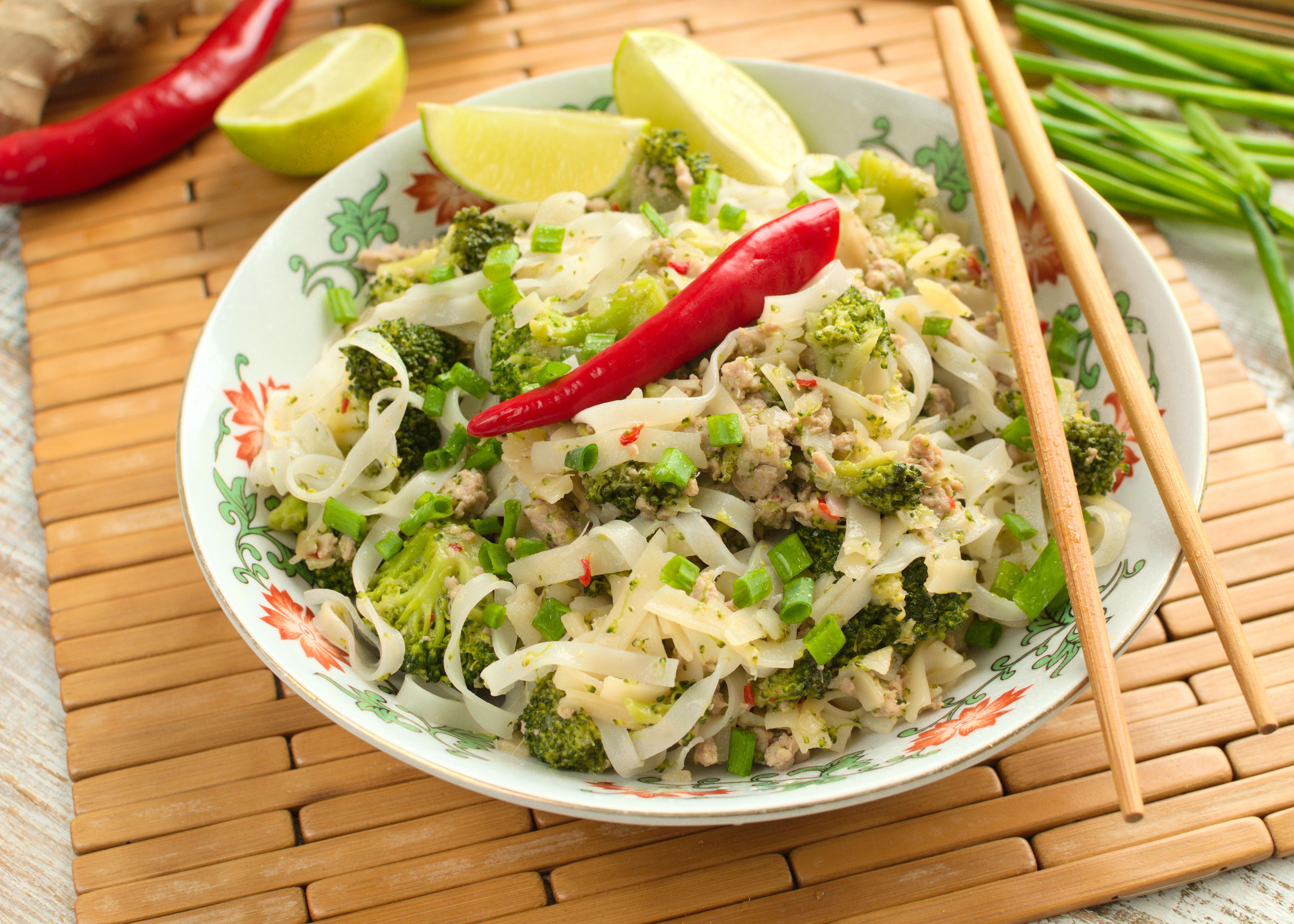 Makaron smażony z mięsem mielonym drobiowym i brokułami