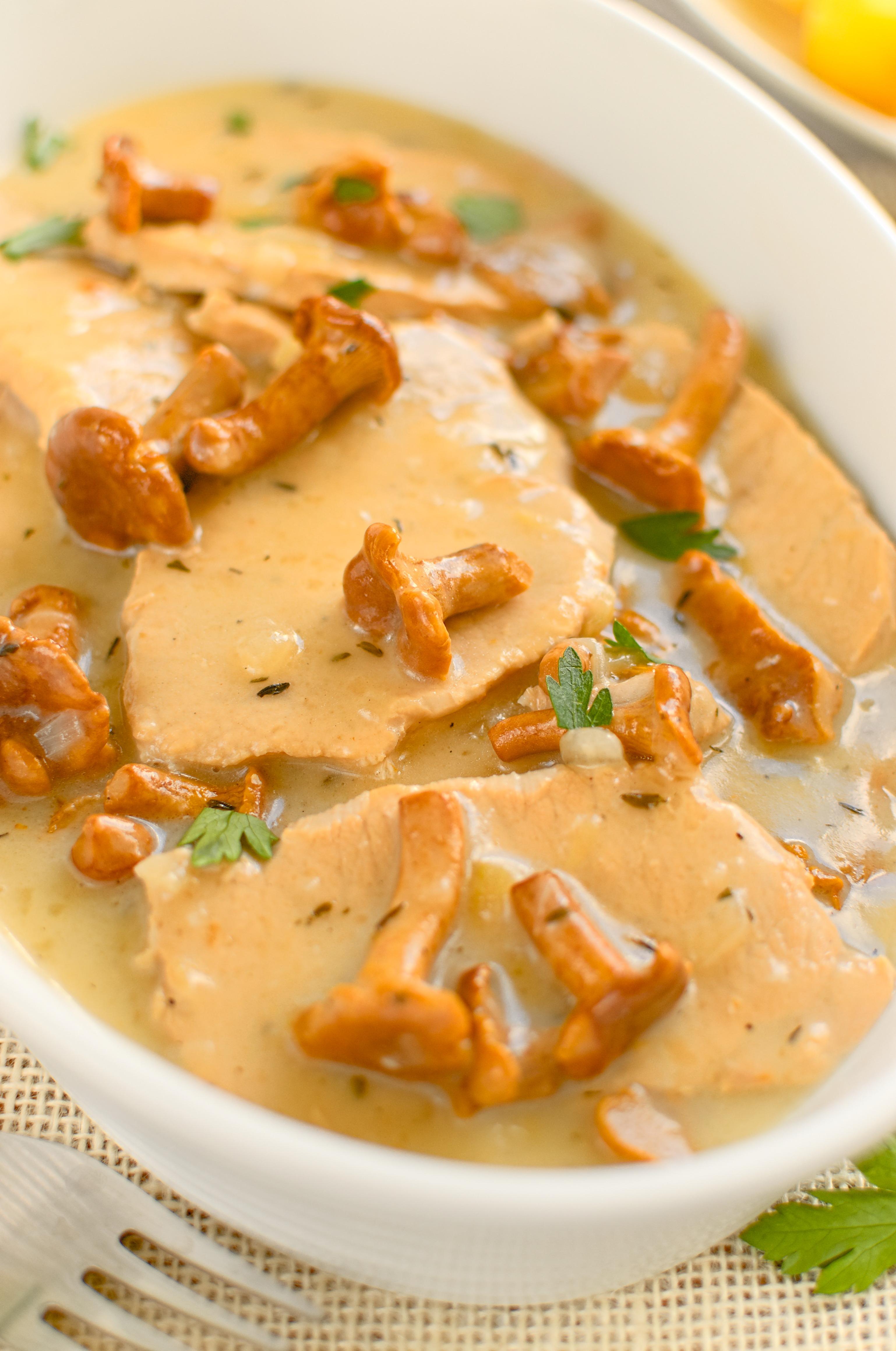 Sznycle schabowe gotowane w sosie z kurkami