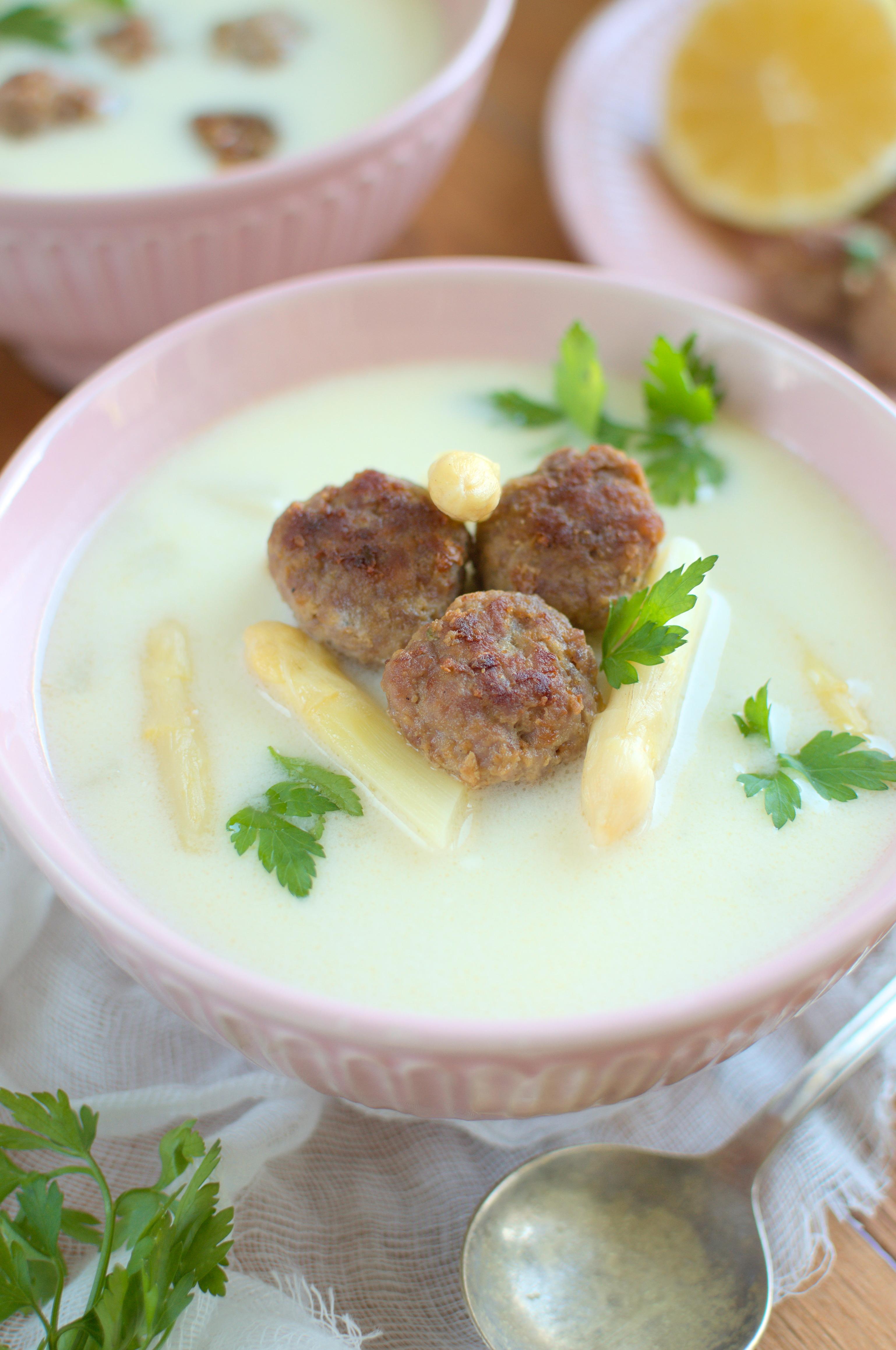 Zupa z białych szparagów z drobiowymi pulpecikami