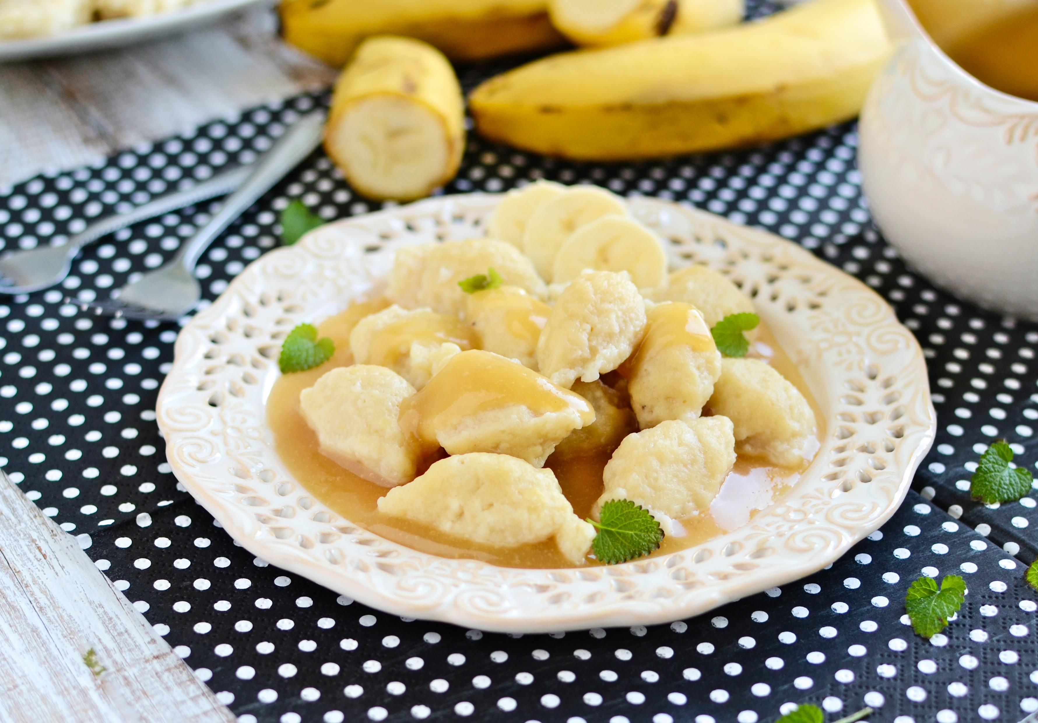 Bananowe kluski kładzione z sosem toffi