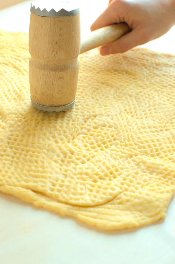 Ciasto wybijamy wałkiem lub tłuczkiem do mięsa przez około 20-30 minut.
