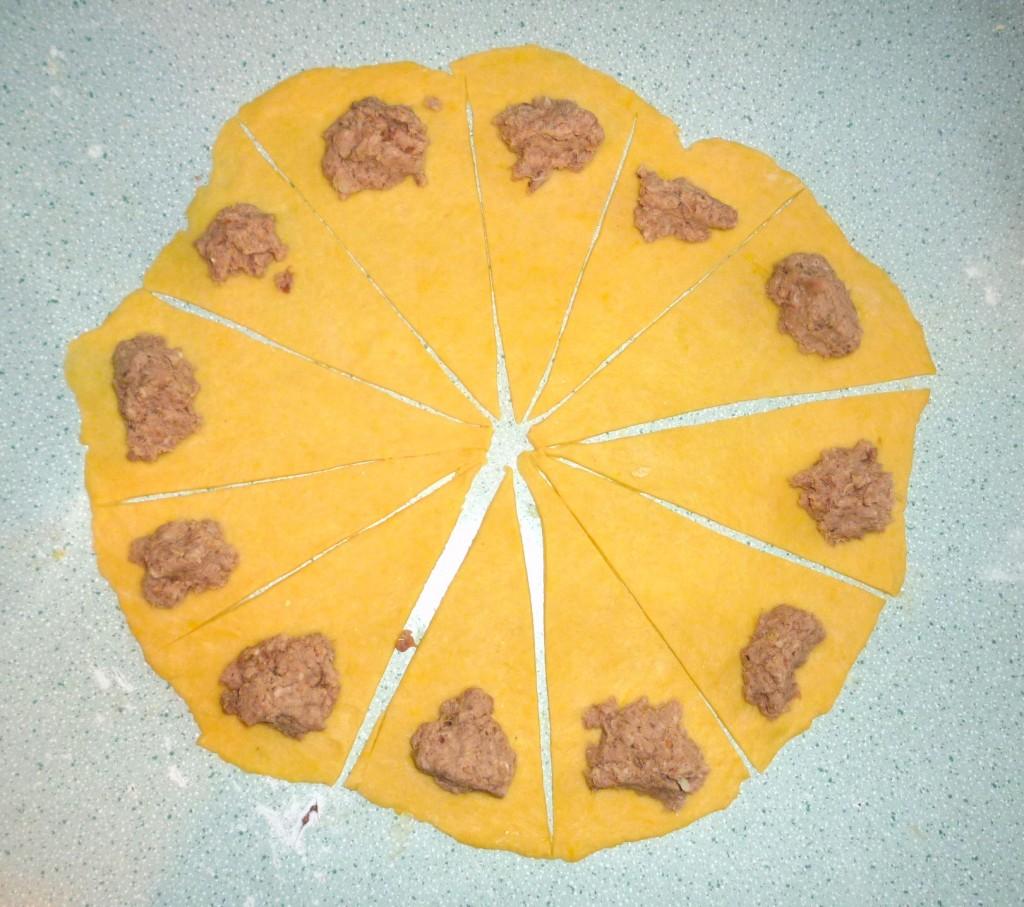 Koło dzielimy na 12 równych części – powstanie nam 12 trójkątów. U podstawy każdego trójkąta układamy porcję farszu.