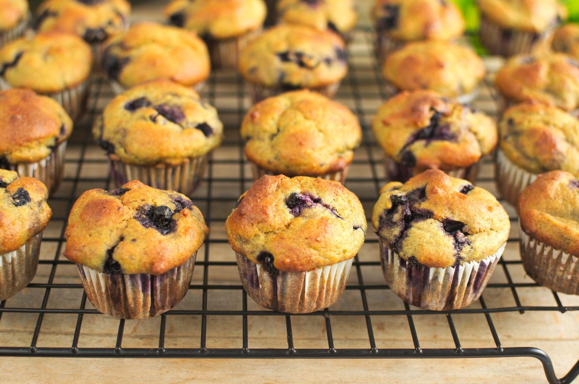 Mini muffinki awokado z jagodami