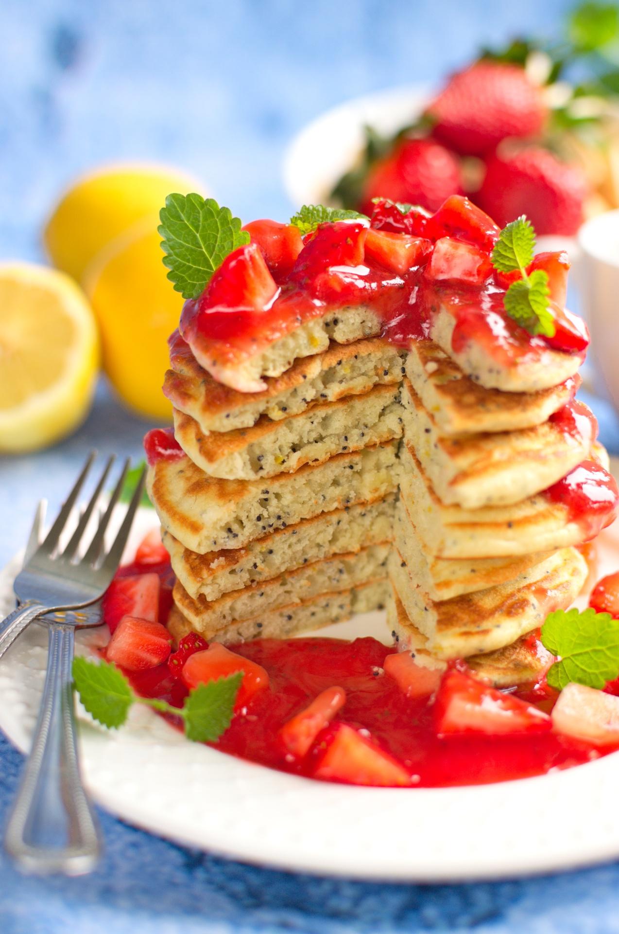 Cytrynowe pancakes z makiem i sosem truskawkowym