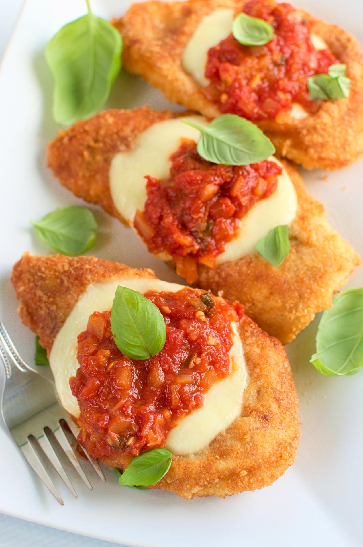 Kurczak w parmezanowej panierce zapiekany z sosem  pomidorowym i mozzarellą