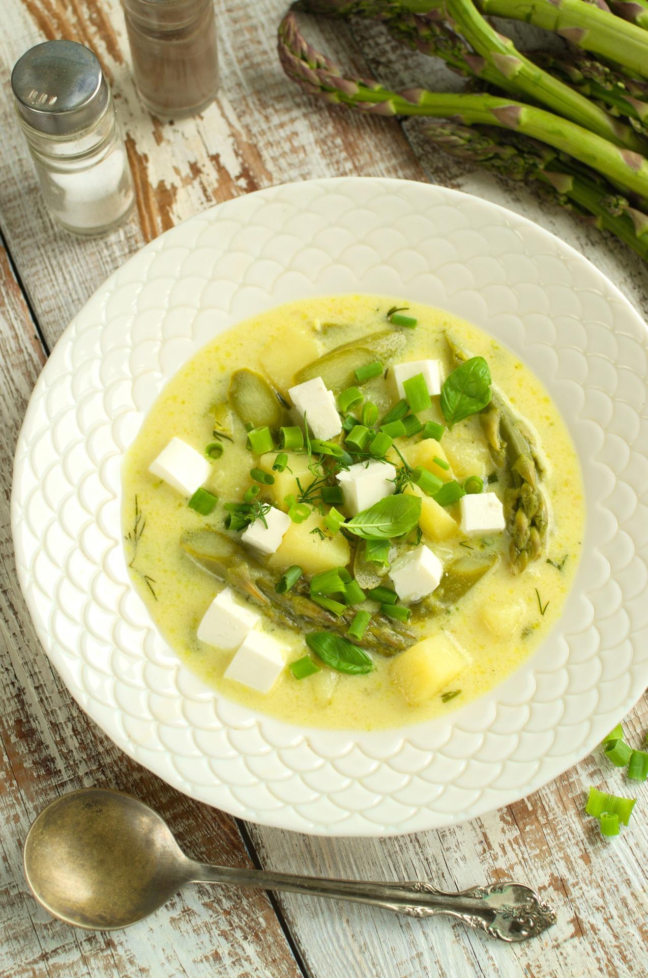 Wiosenna zupa ze szparagami, młodymi ziemniakami i fetą